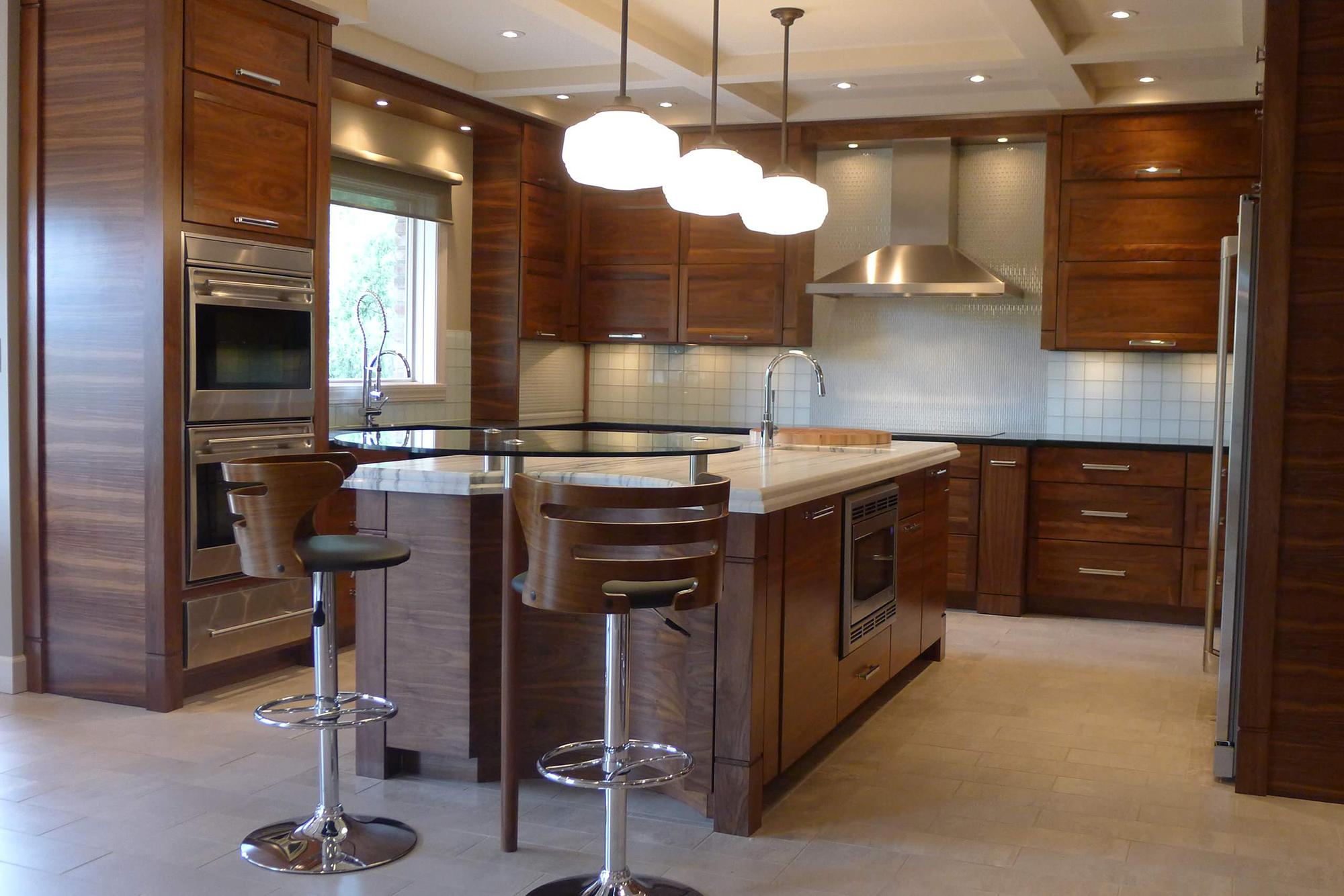 Деревянный кухонный гарнитур с островом в частном доме