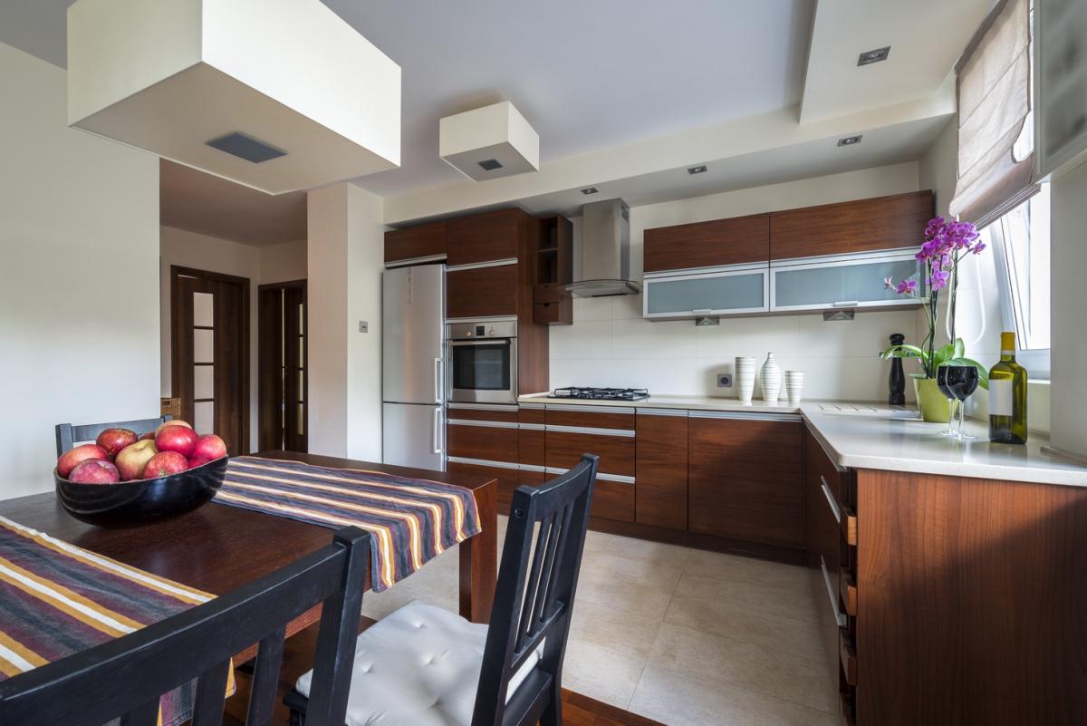 Коричневый кухонный гарнитур в интерьере