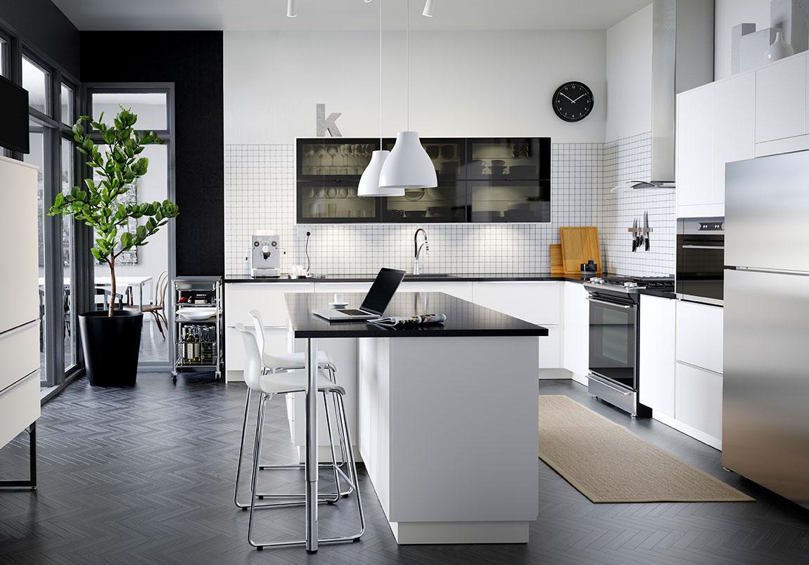 Черно-белая кухня в доме