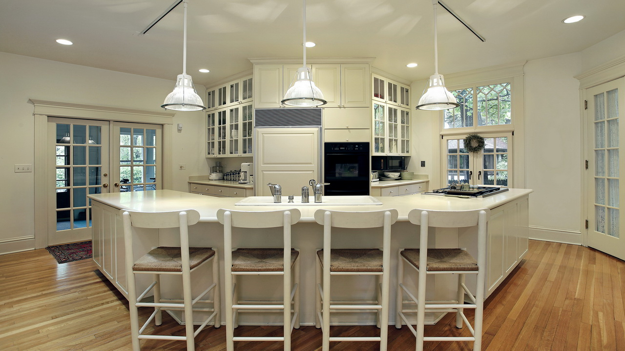 Уютная кухня в стиле кантри в доме