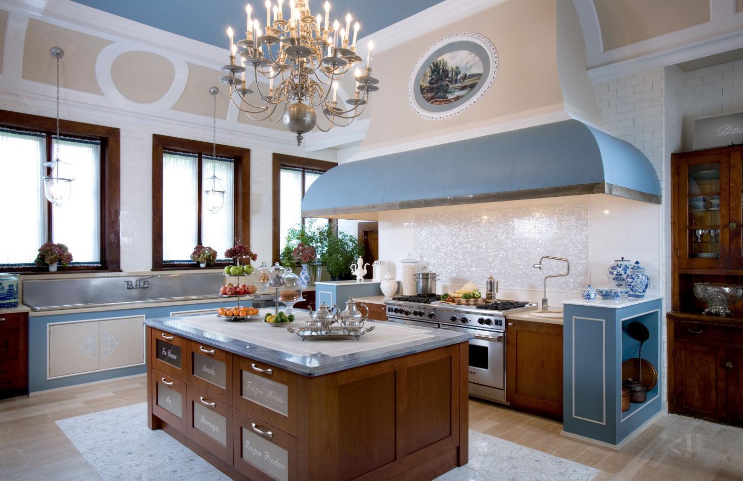Классическая кухня с островом в доме