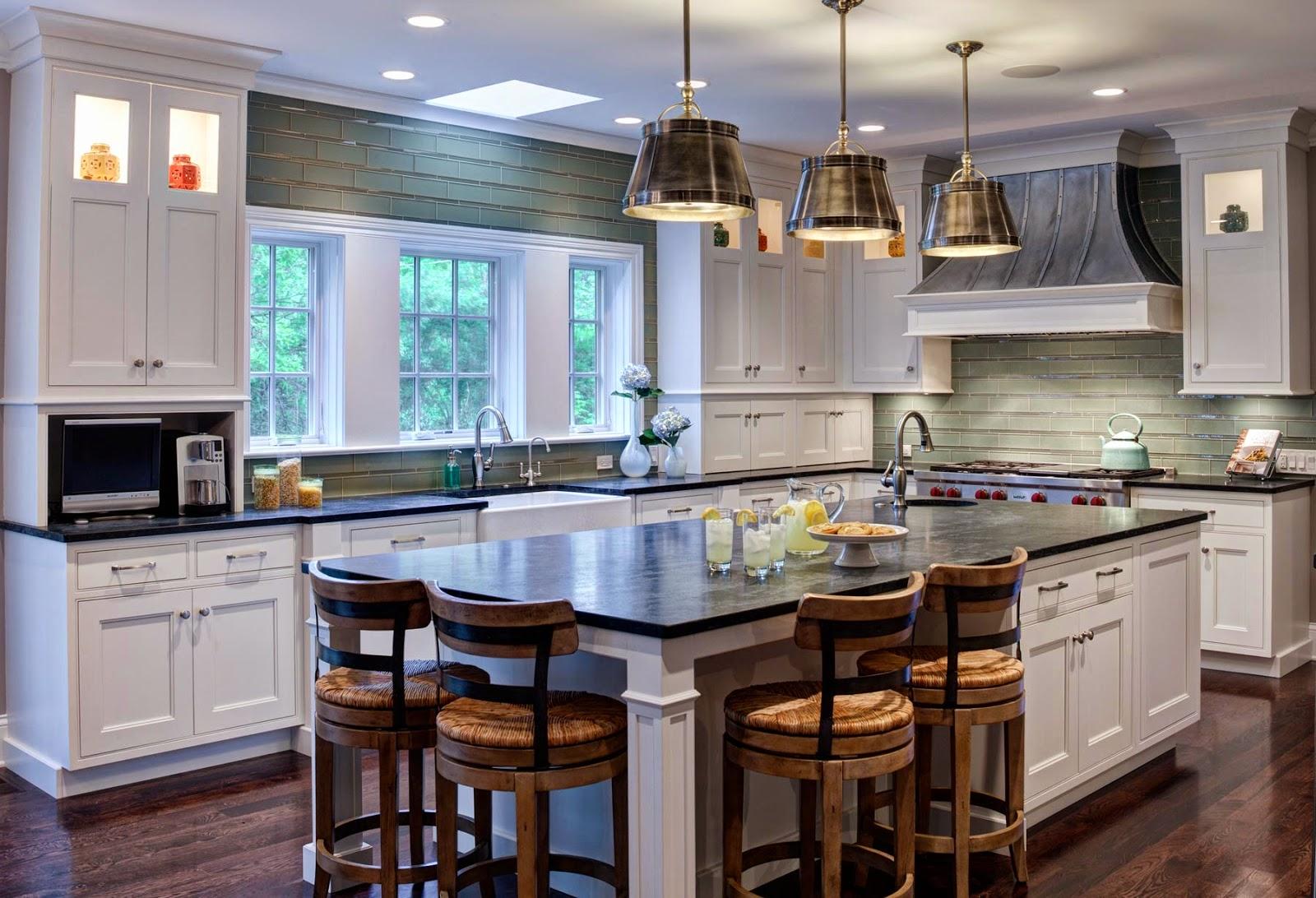 Стильная кухня с островом в своем доме