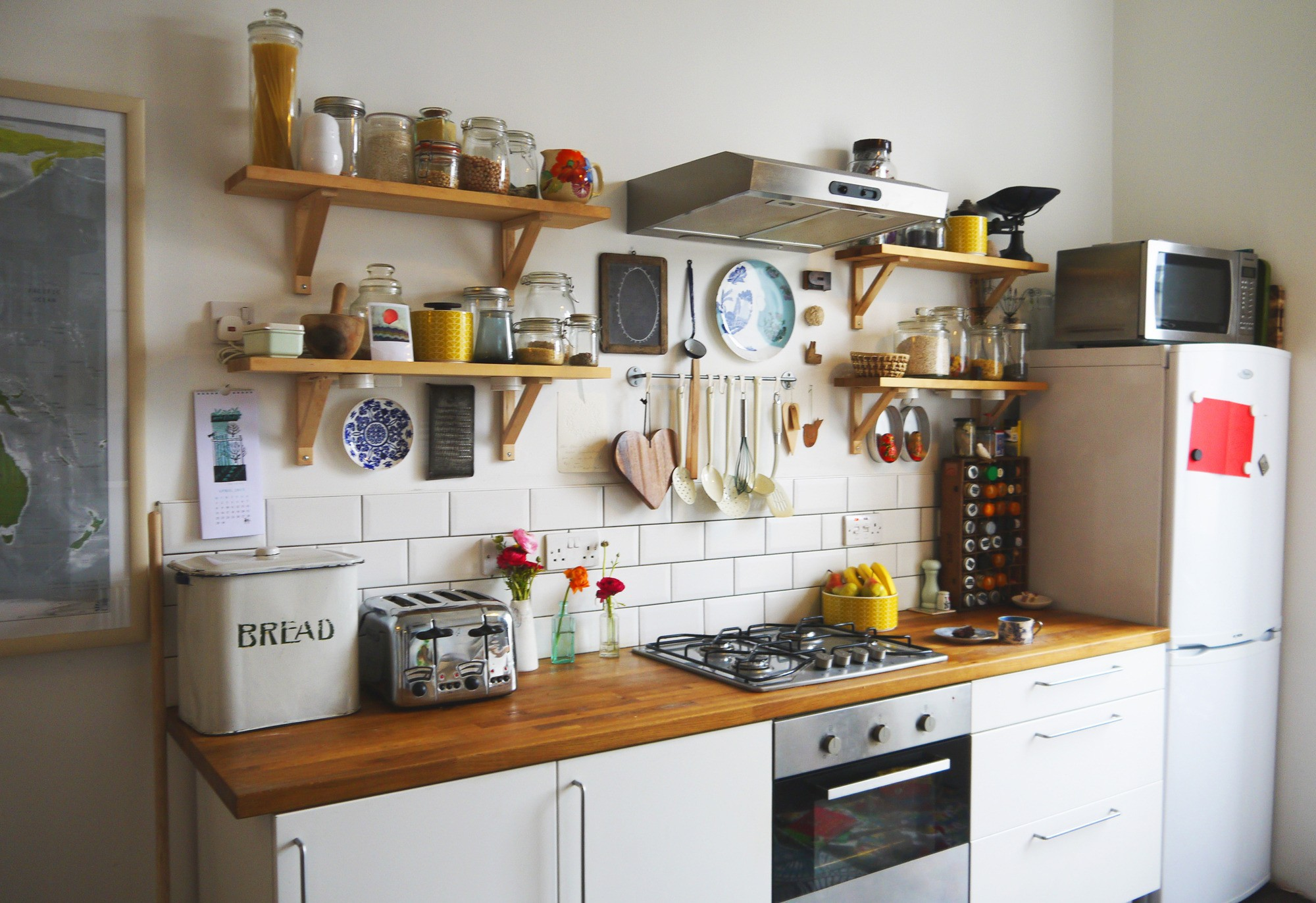 Открытые полки в маленькой кухне
