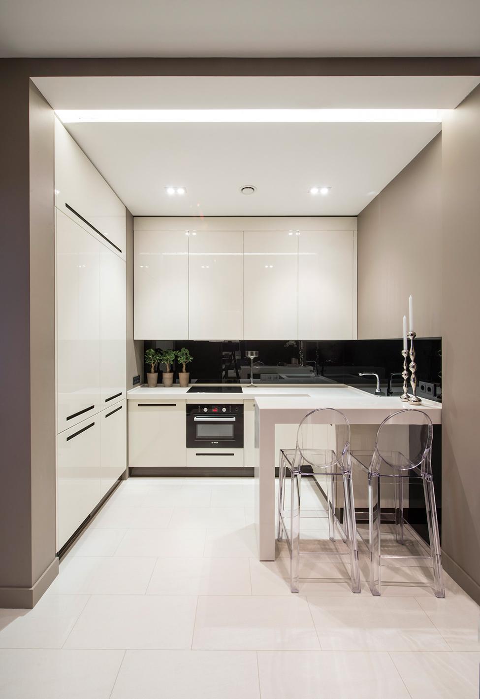 Маленькая глянцевая белая кухня