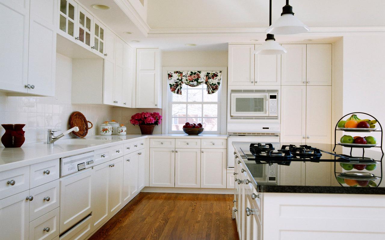 Белый остров с черной столешницей на кухне