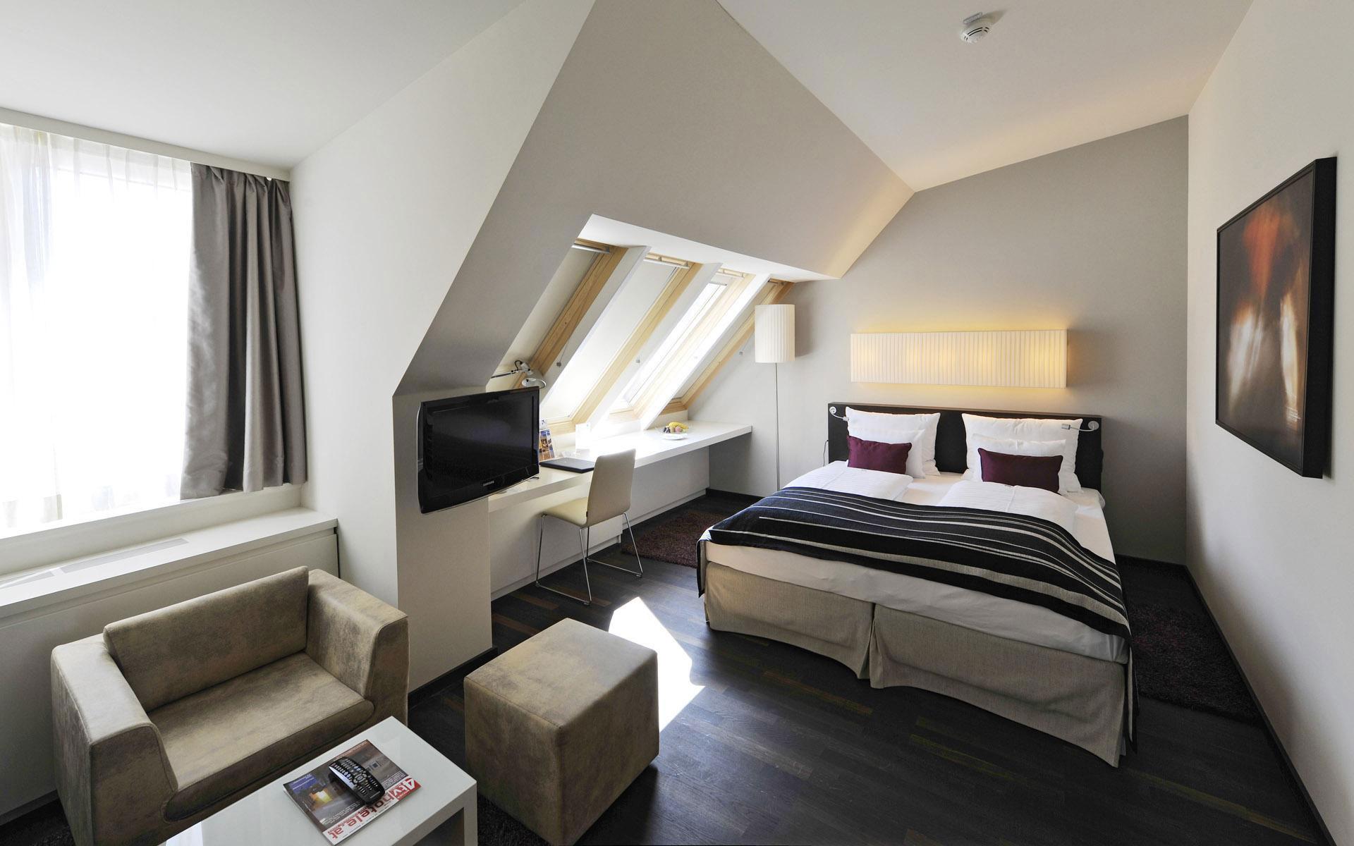 Черно-белая мансардная спальня