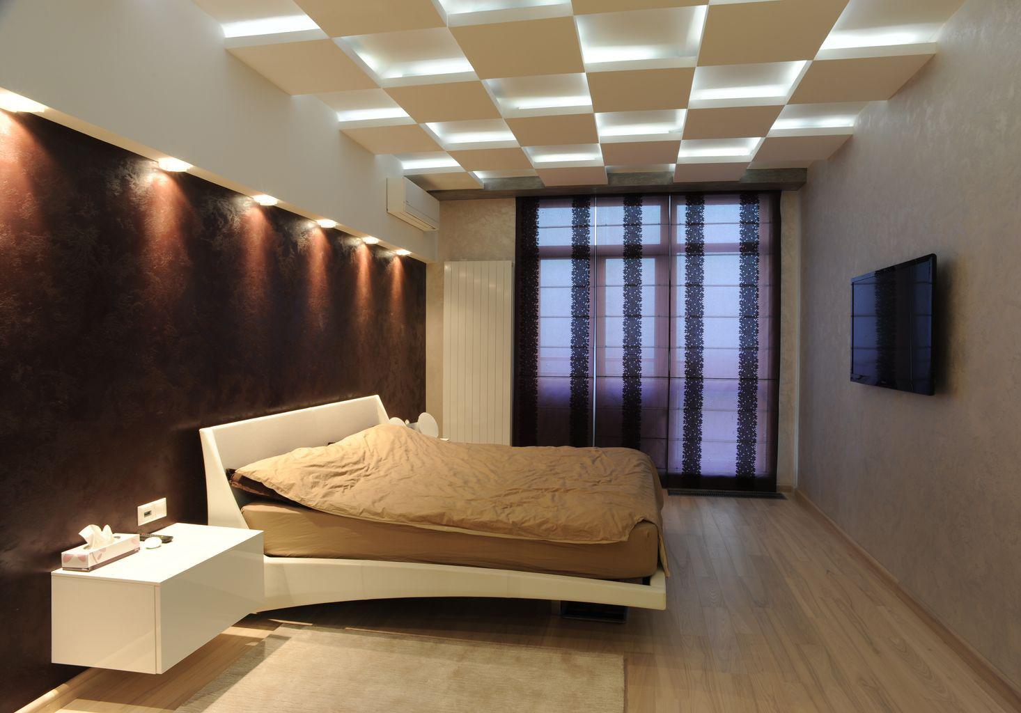 Бежевый, белый и коричневый цвета в спальне