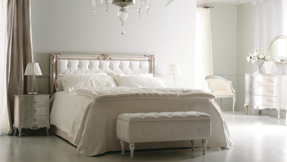 Классический интерьер белой спальни
