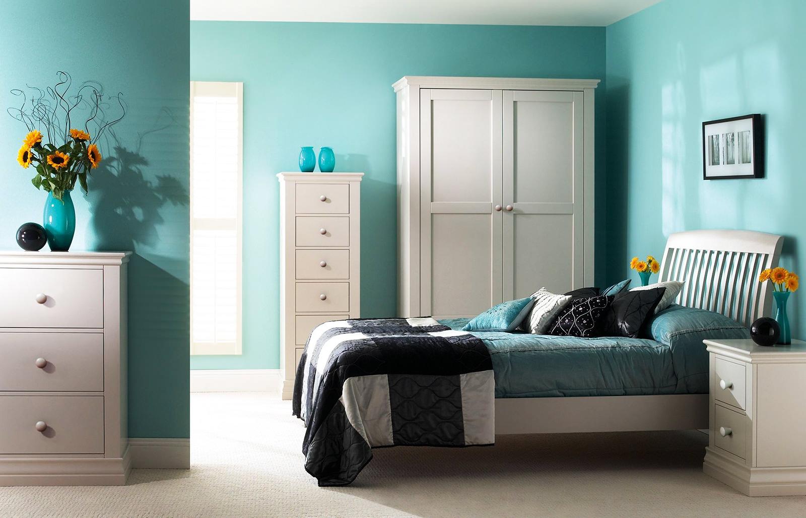 Брюзово-белая спальня в кантри стиле