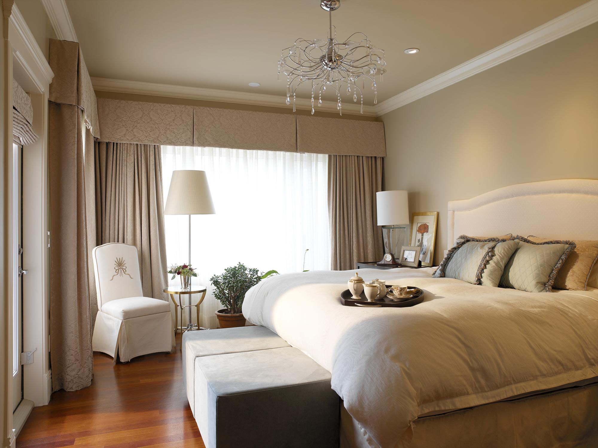 Бежево-белая спальня в стиле неоклассика