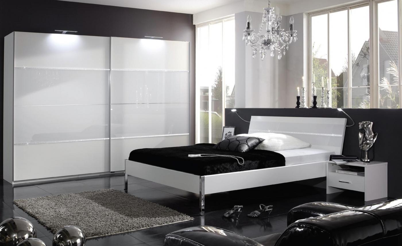 Белый потолок в черно-белой спальне