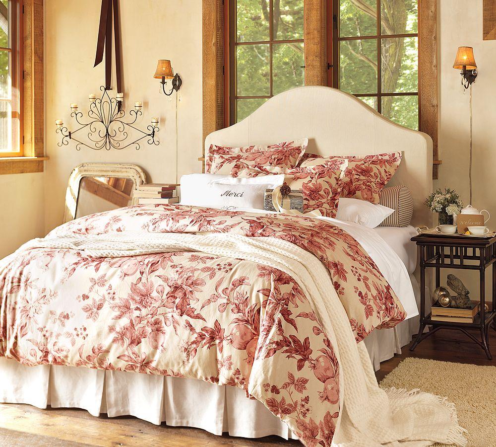 Бежево-красная спальня в стиле кантри