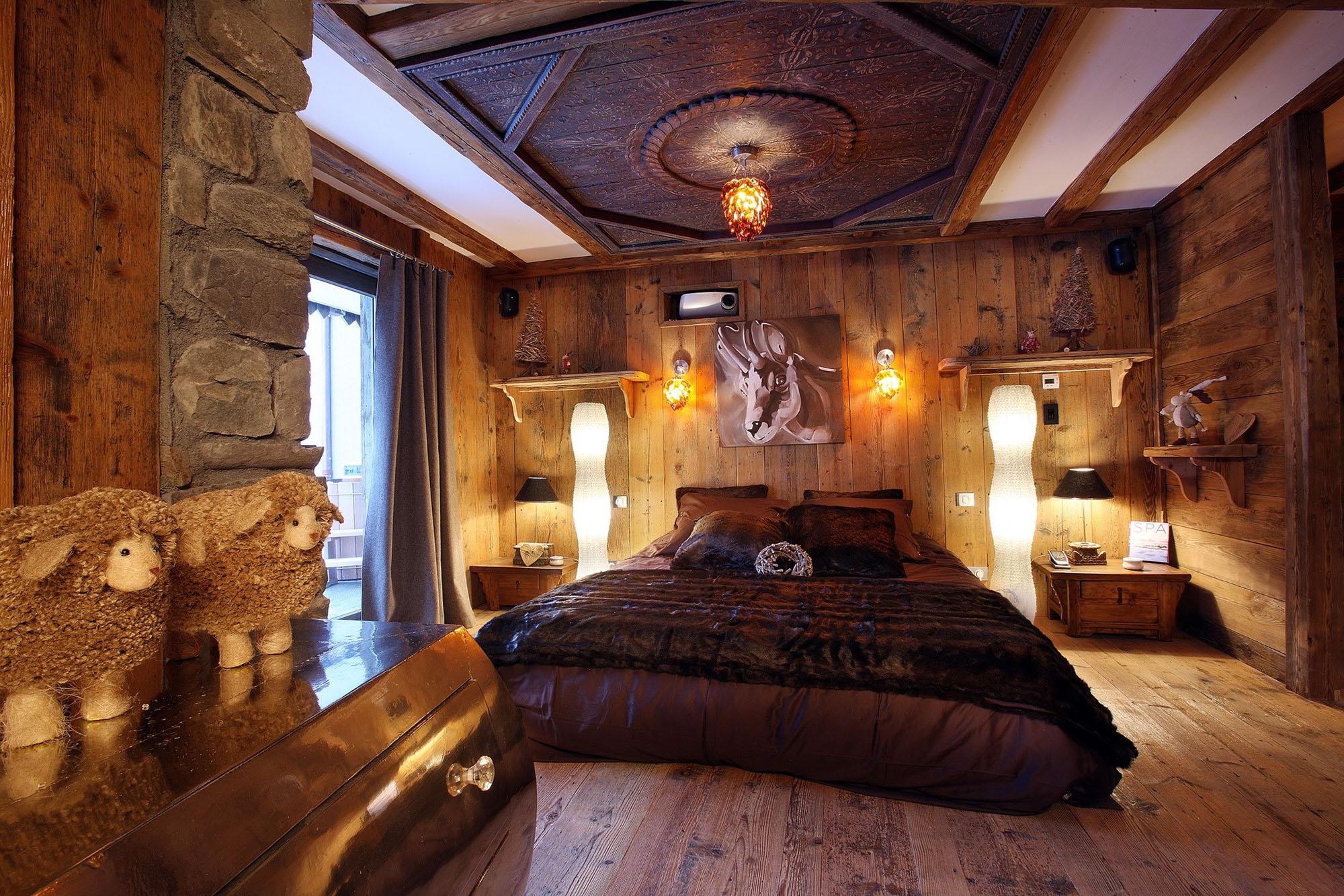 Коричнево-белая спальня в стиле кантри