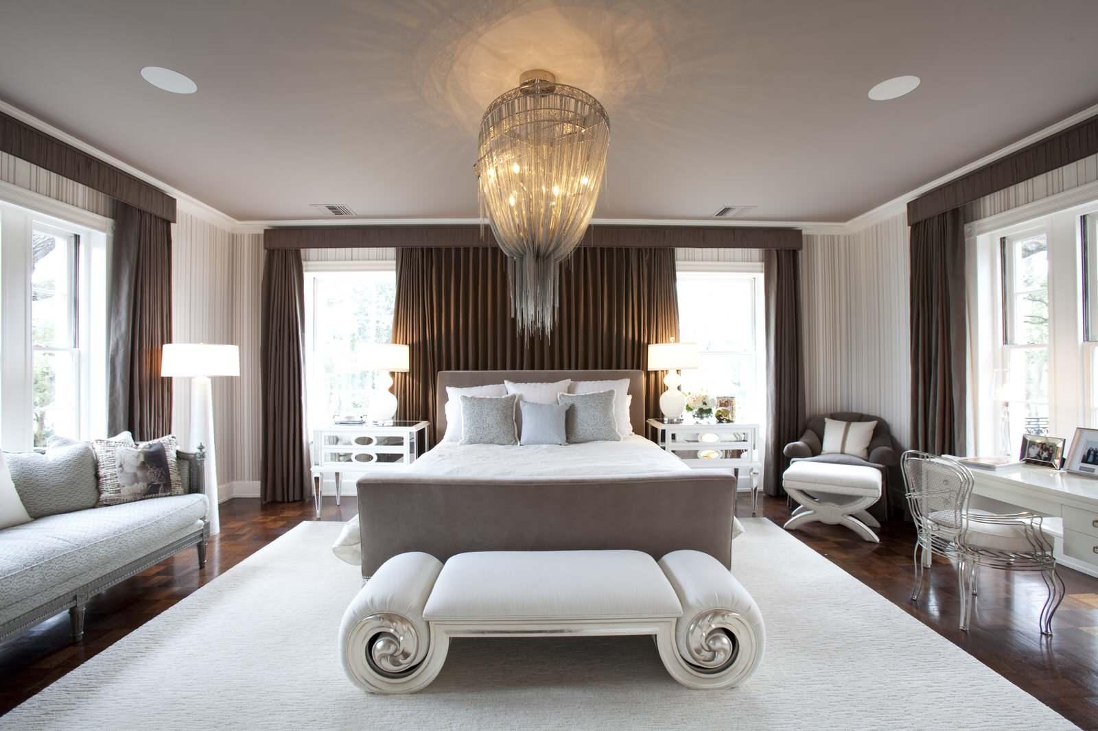 Рабочее место и диван в спальне