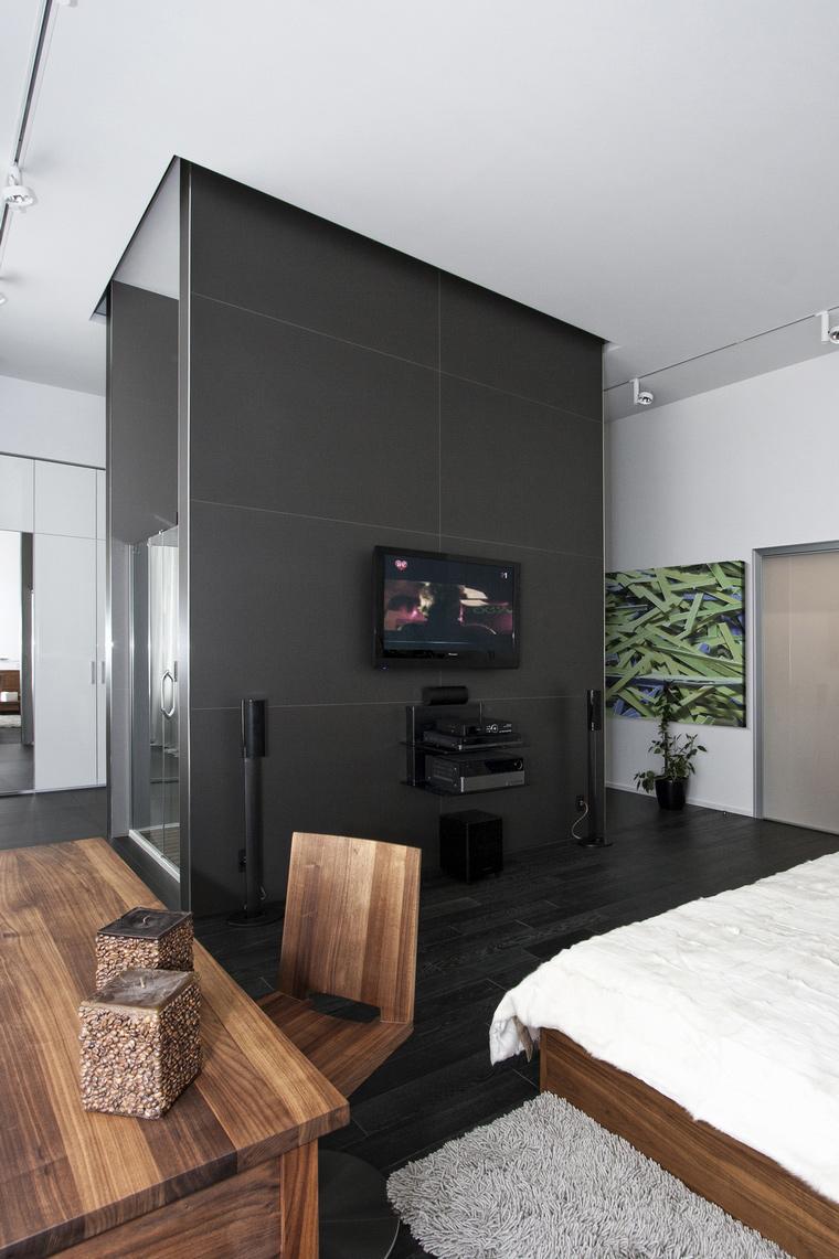 Белый, черный и коричневый цвета в интерьере минималистичной спальни