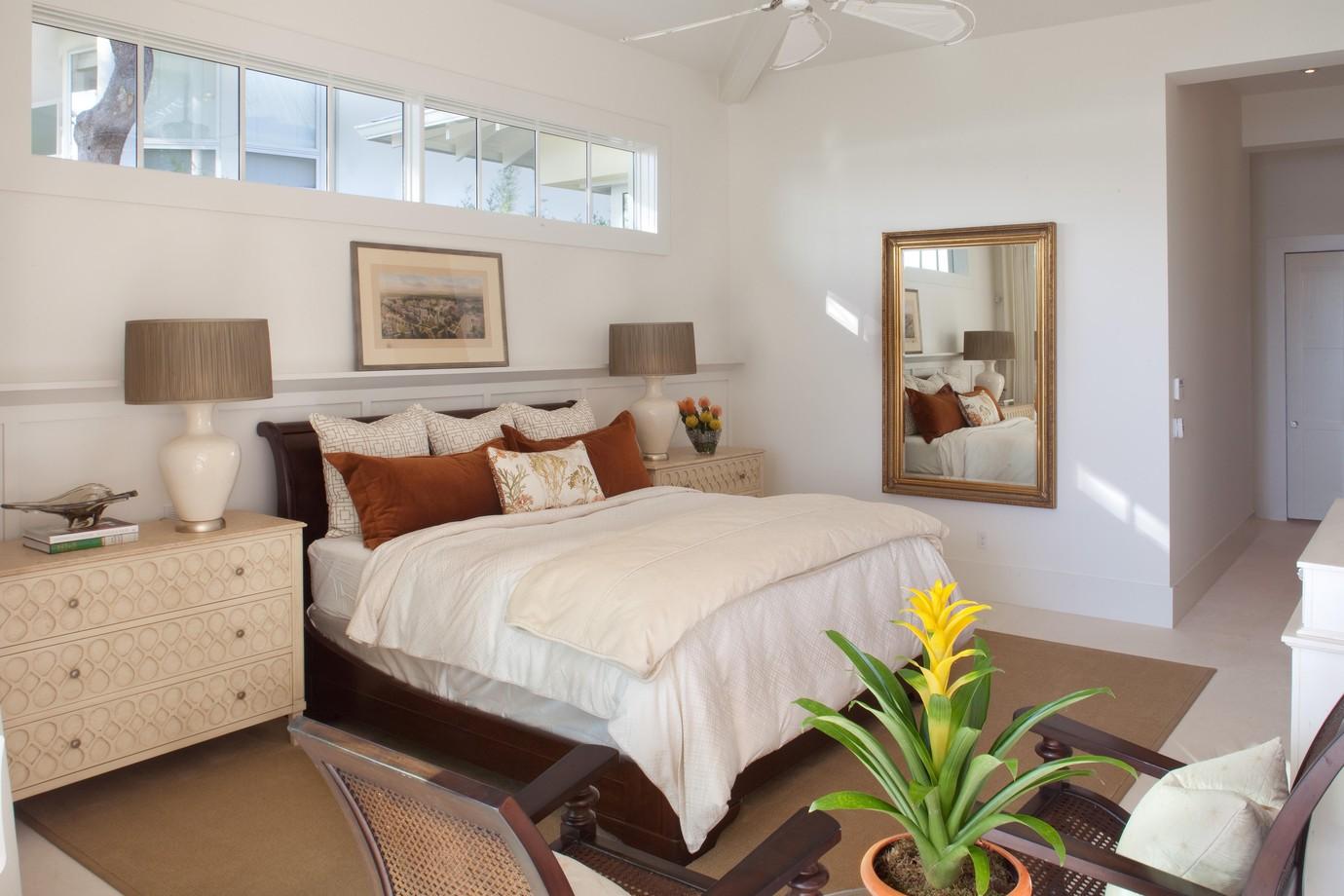 Белые стены в небольшой спальне