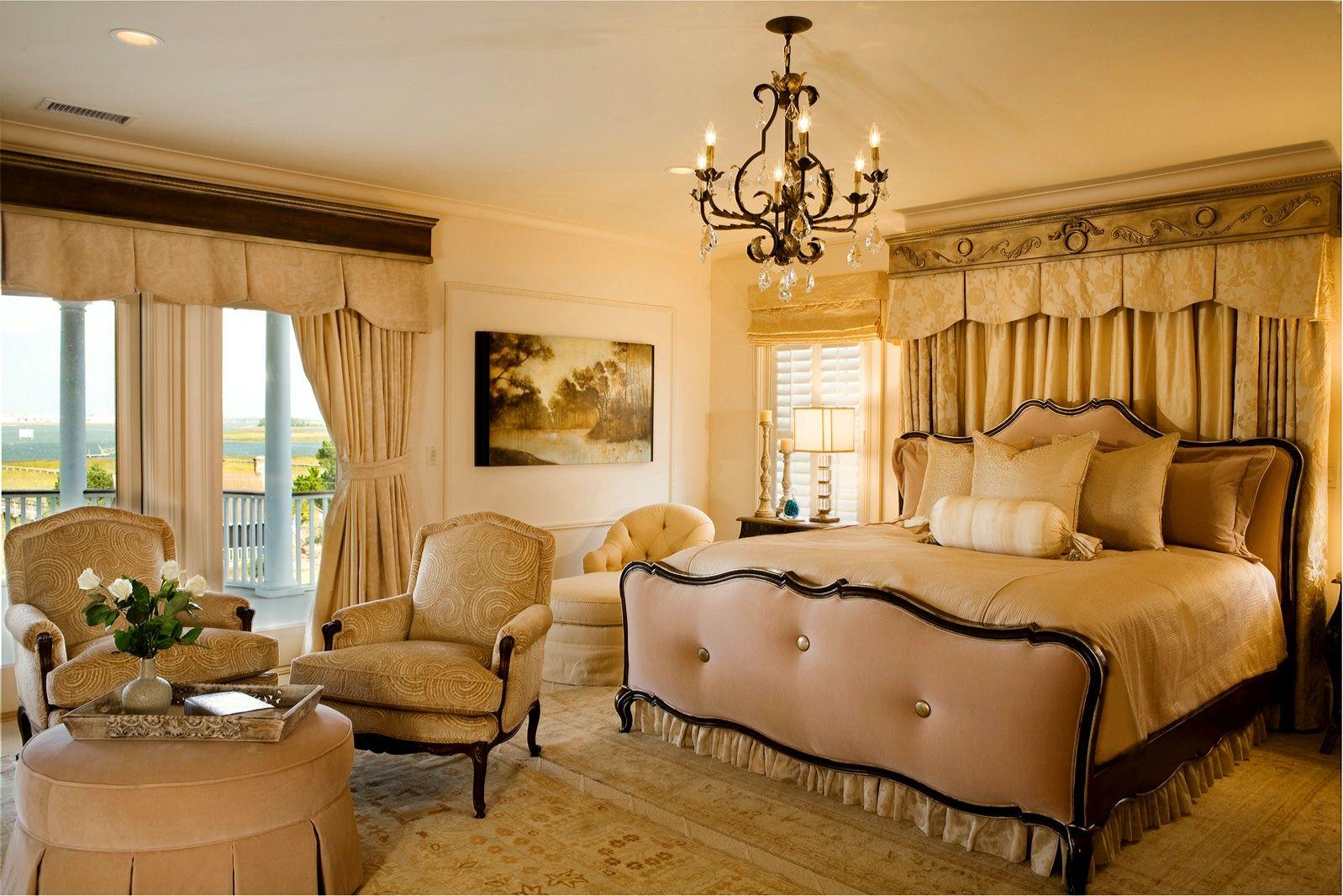 Классическая спальня в бежевых тонах