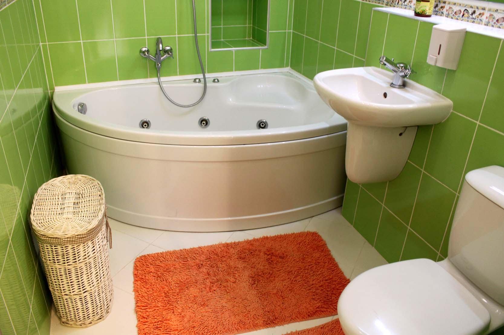 Угловая ванная в совмещенном санузле