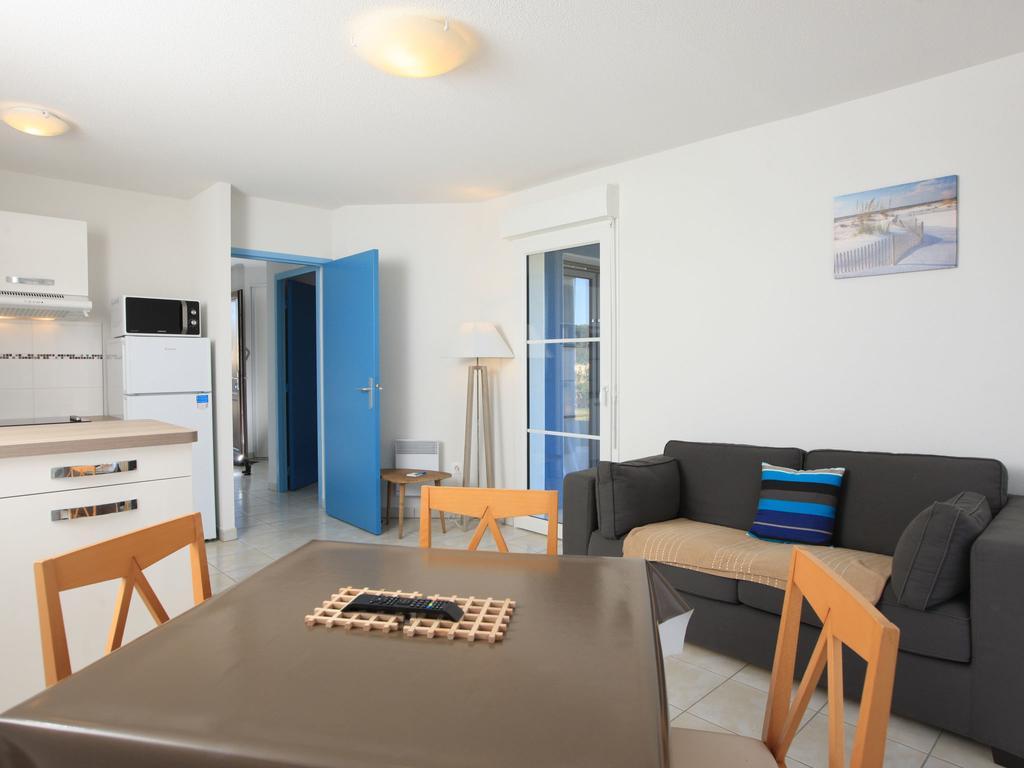 Голубые двери в гостиной