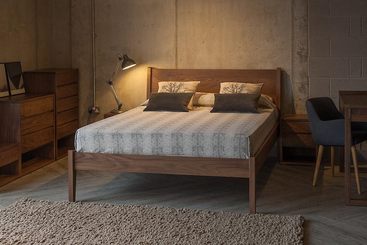 Спальный гарнитур цвета орех