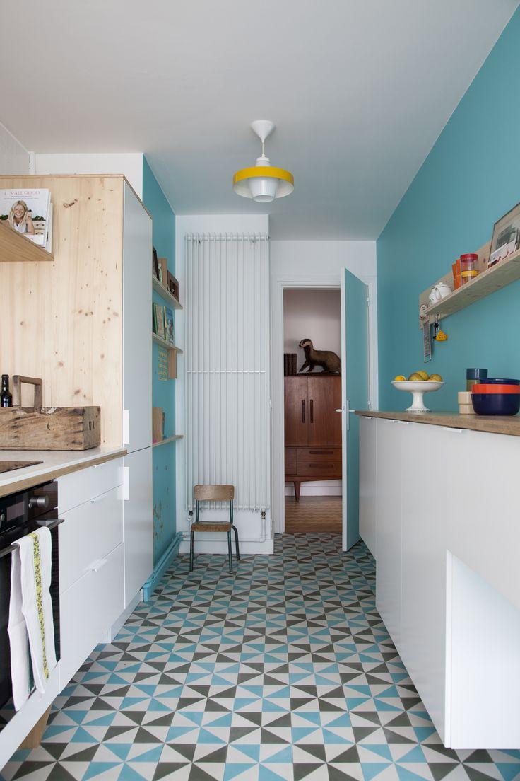 Кухня в голубых тонах с геометрическим принтом