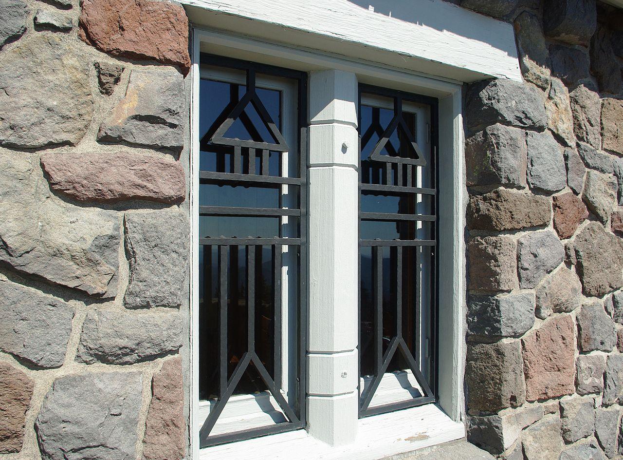 Геометрическая решетка на окно