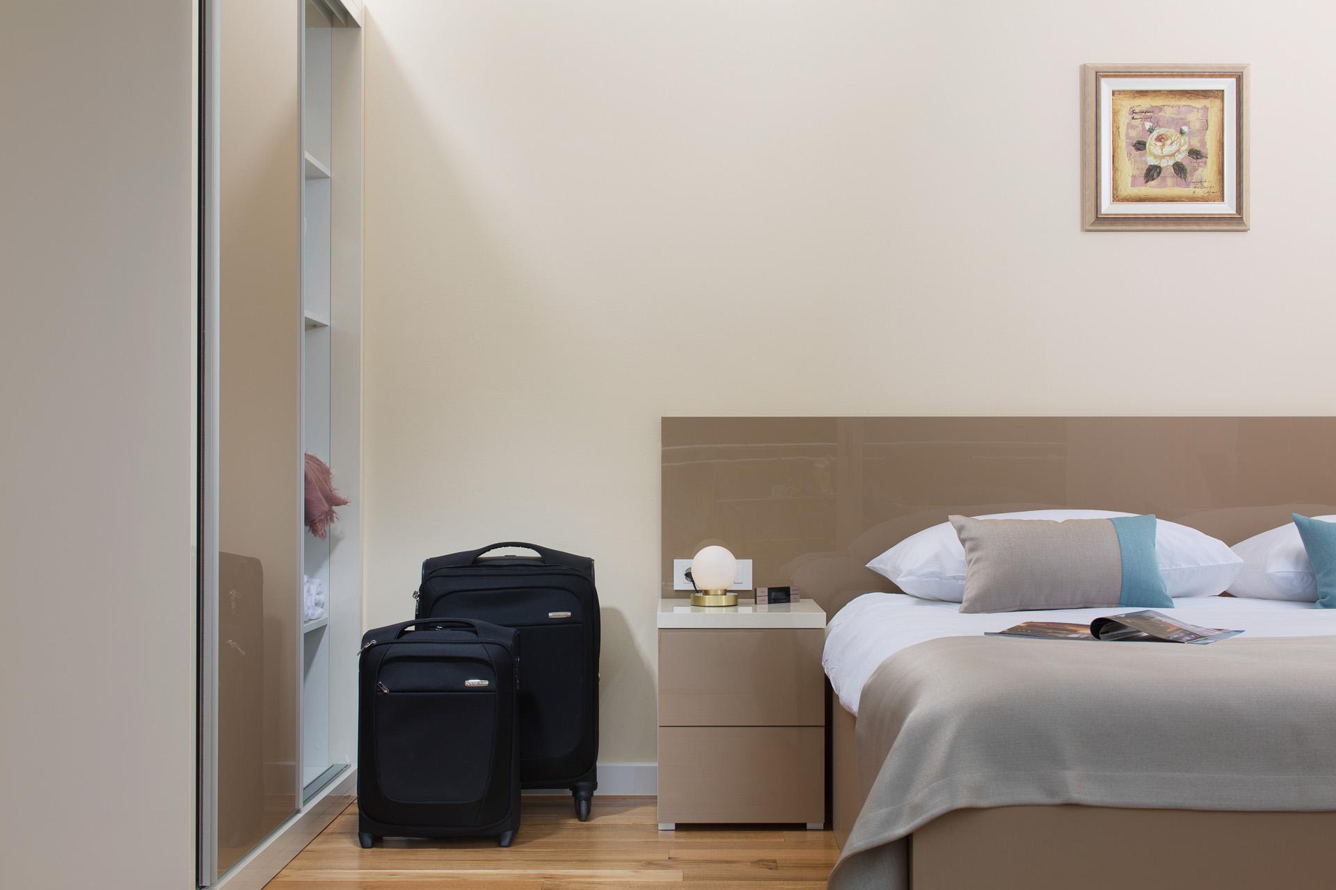 Дизайн спальни 18 кв м с глянцевой мебелью