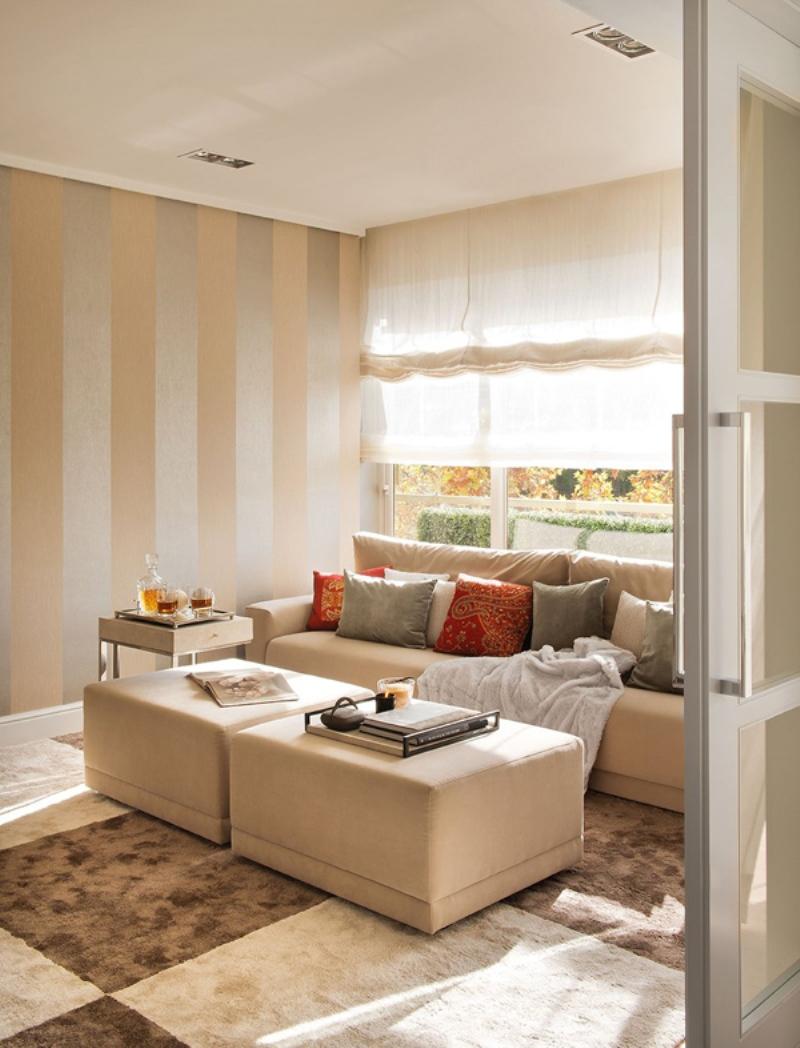 Красные и серые подушки в коричнево-бежевой гостиной
