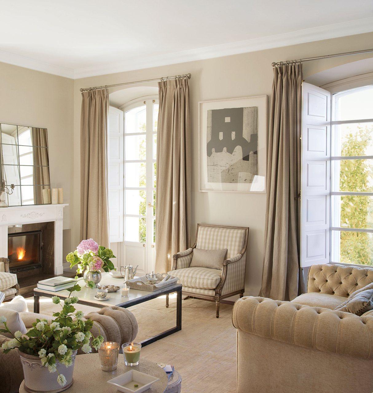 Уютная гостиная в бежево-белых тонах