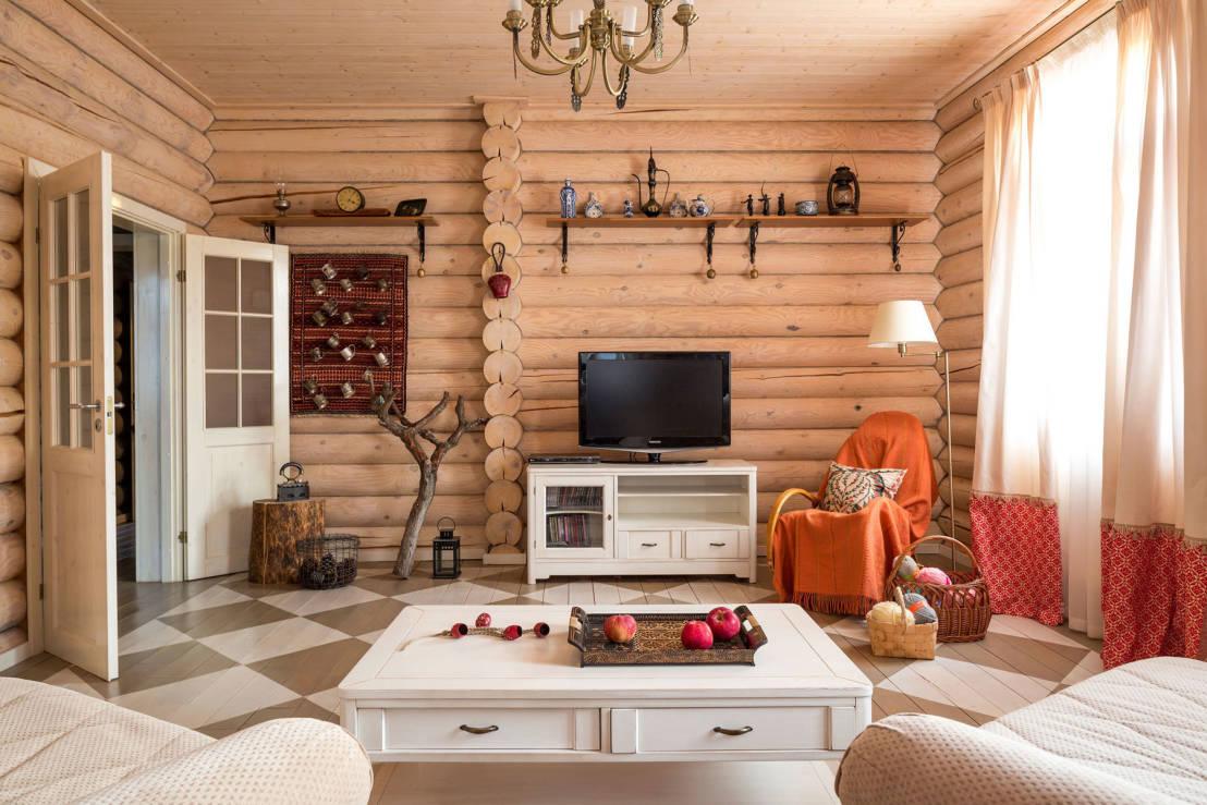 Бежевая гостиная в доме в стиле кантри