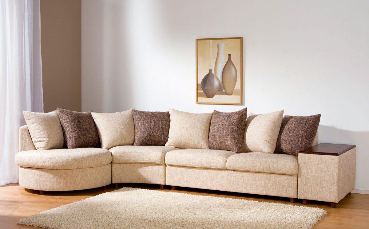 Бежево-коричневый диван в гостиной