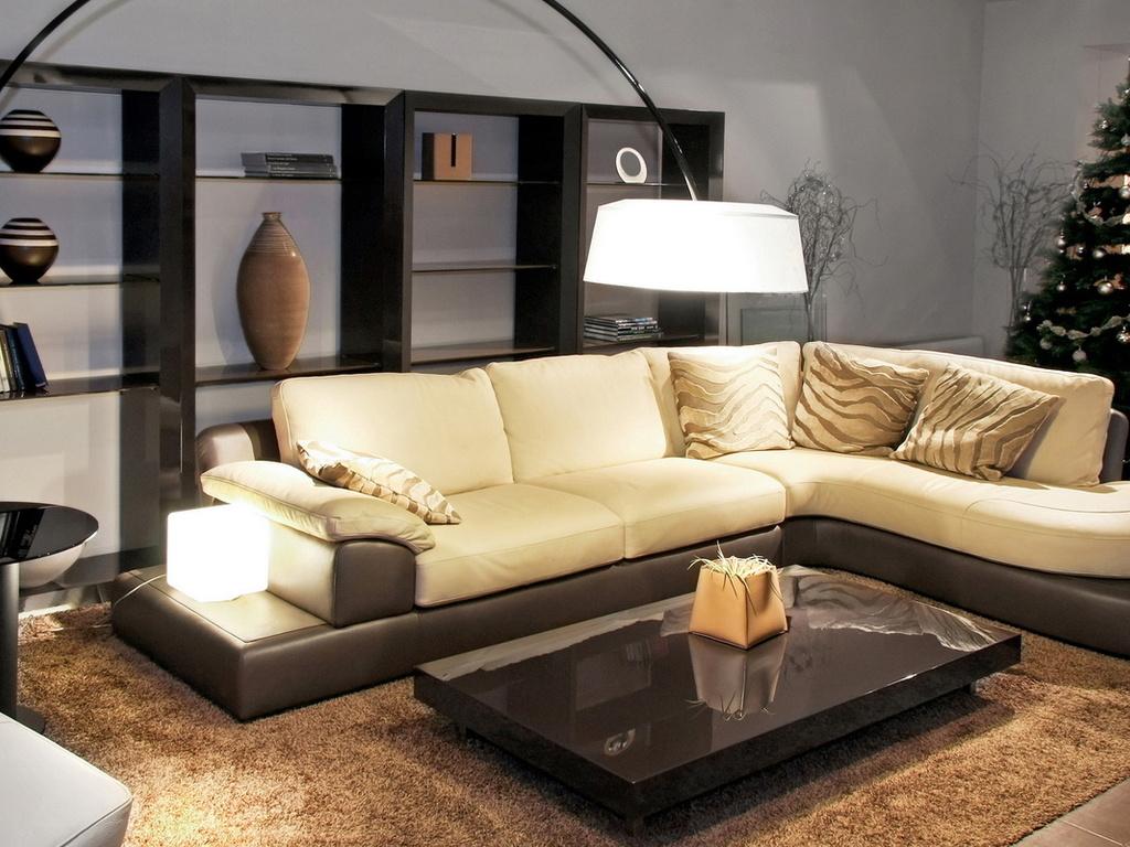 Бежево-черный угловой диван в гостиной