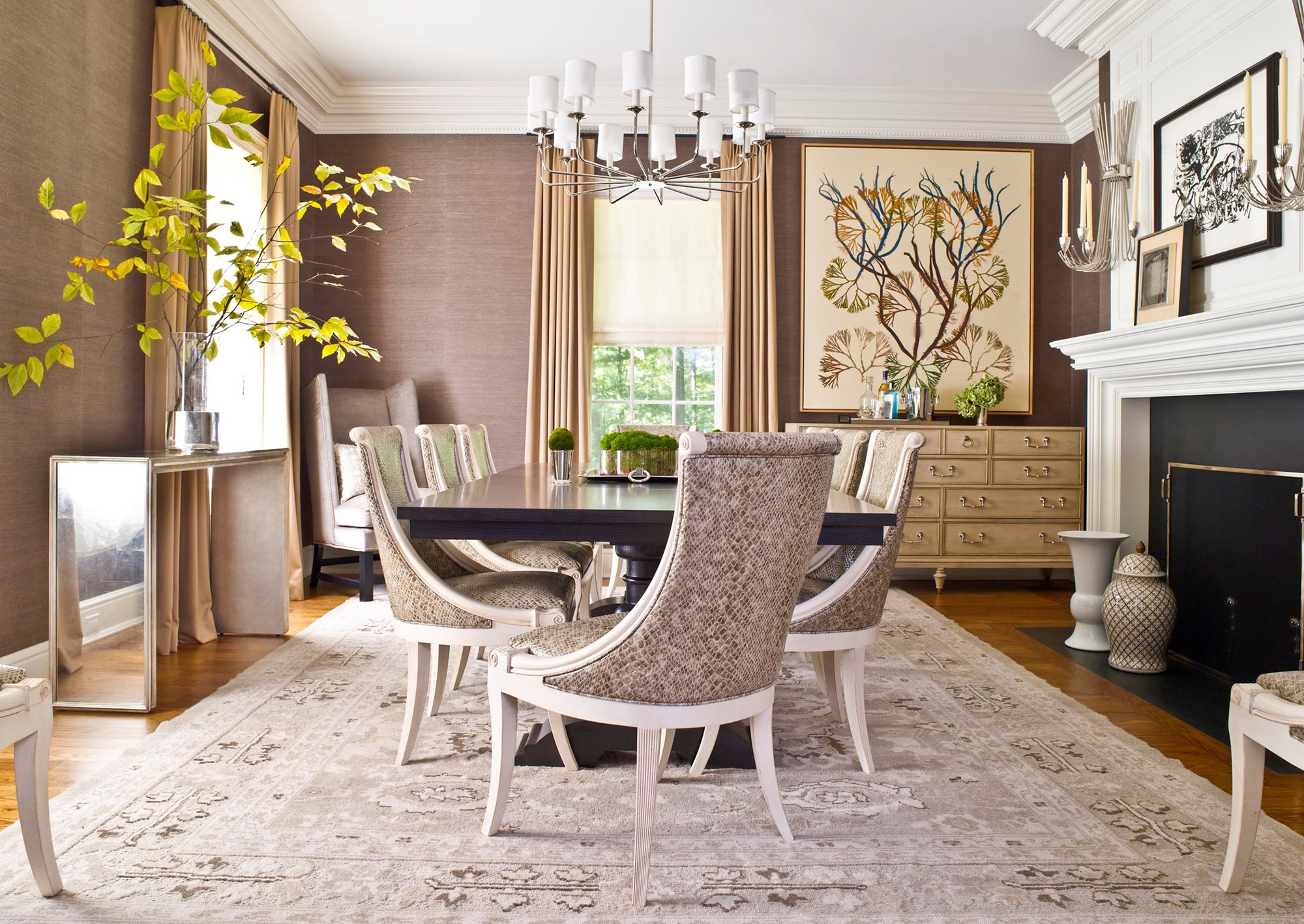 Бежевый, белый, коричневый и черный цвета в гостиной с камином