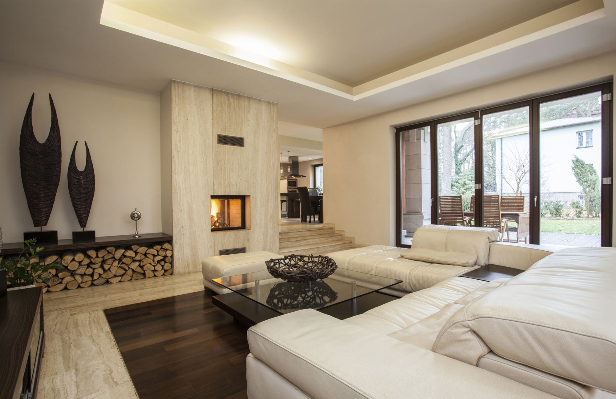 Бежево-коричневая гостиная с камином