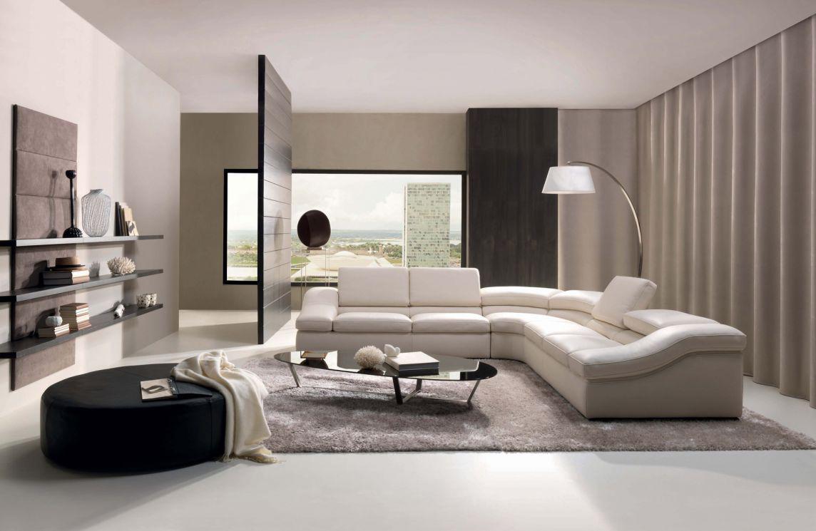 Светло-бежевый диван в гостиной в стиле хай-тек