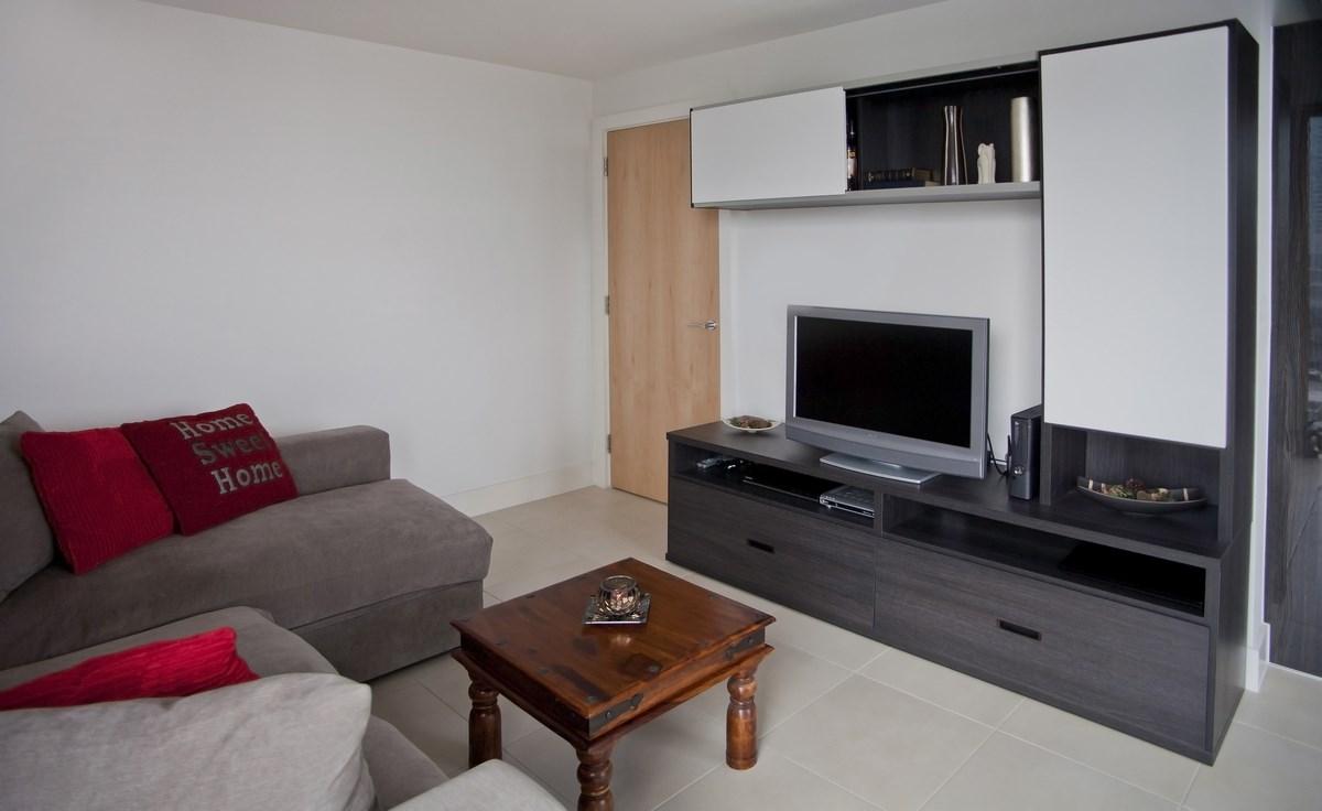 Черно-белая стенка в маленькой гостиной