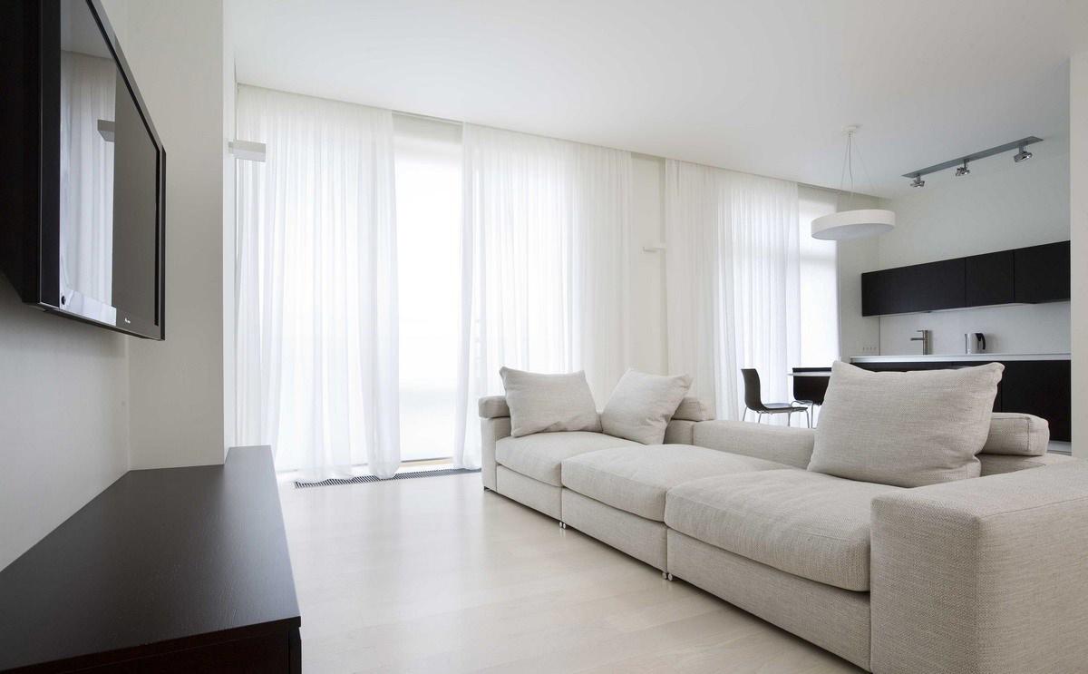 Черно-белая простая гостиная