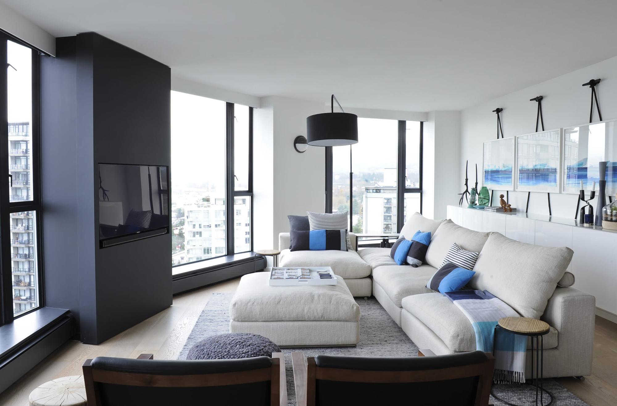 Черно-белая гостиная с синими акцентами
