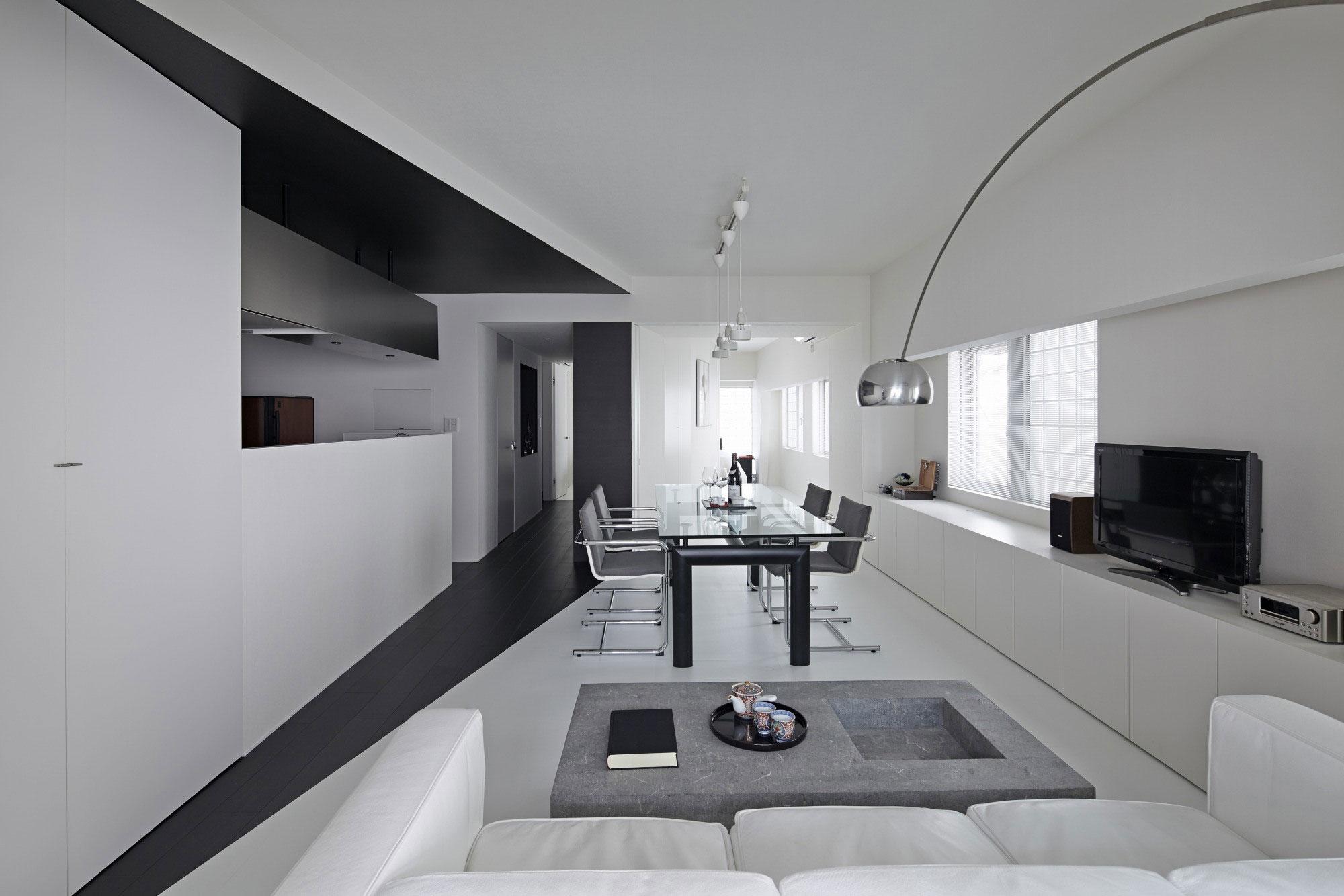 Черно-белая гостиная-столовая
