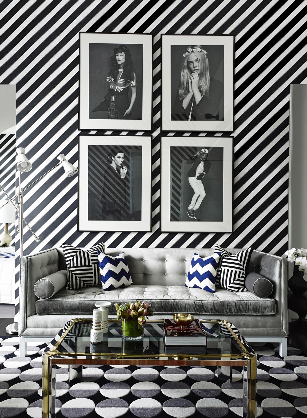 Черно-белая гостиная с принтами