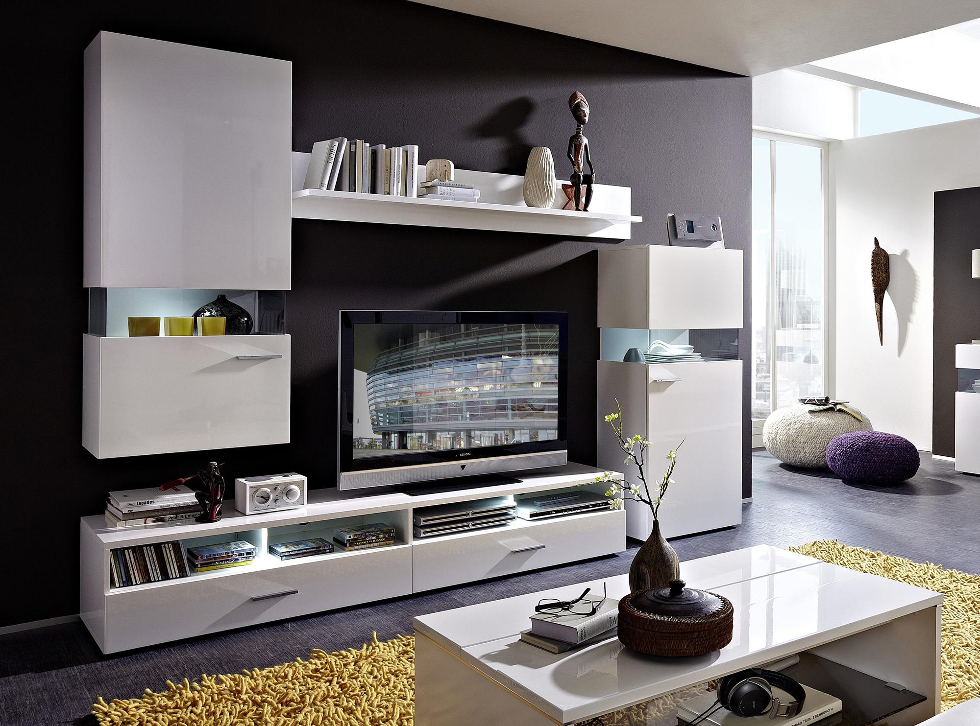 Черно-белая гостиная с яркими акцентами