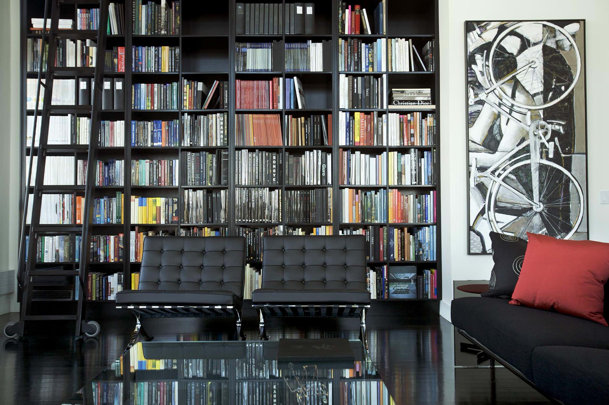 Черно-белая гостиная-библиотека