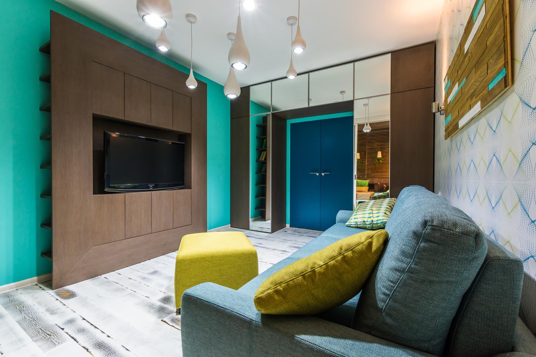 Синий, изумрудный, желтый, коричневый и белый цвета в гостиной