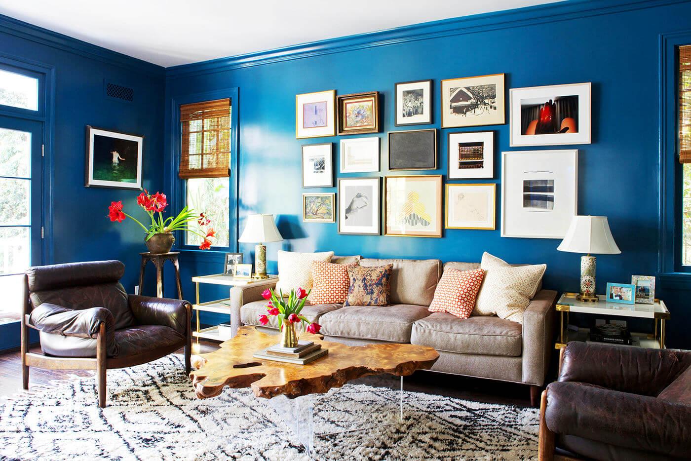 Синий, коричневый и белый цвета в гостиной