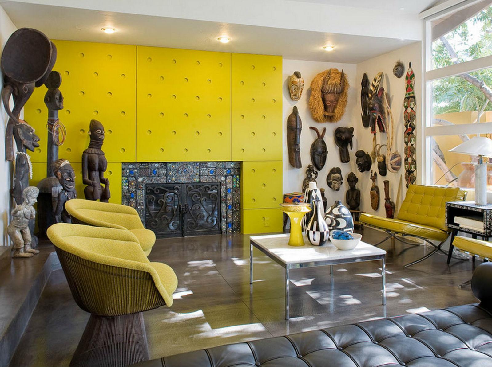 Желтый, белый и черный цвета в гостиной с камином