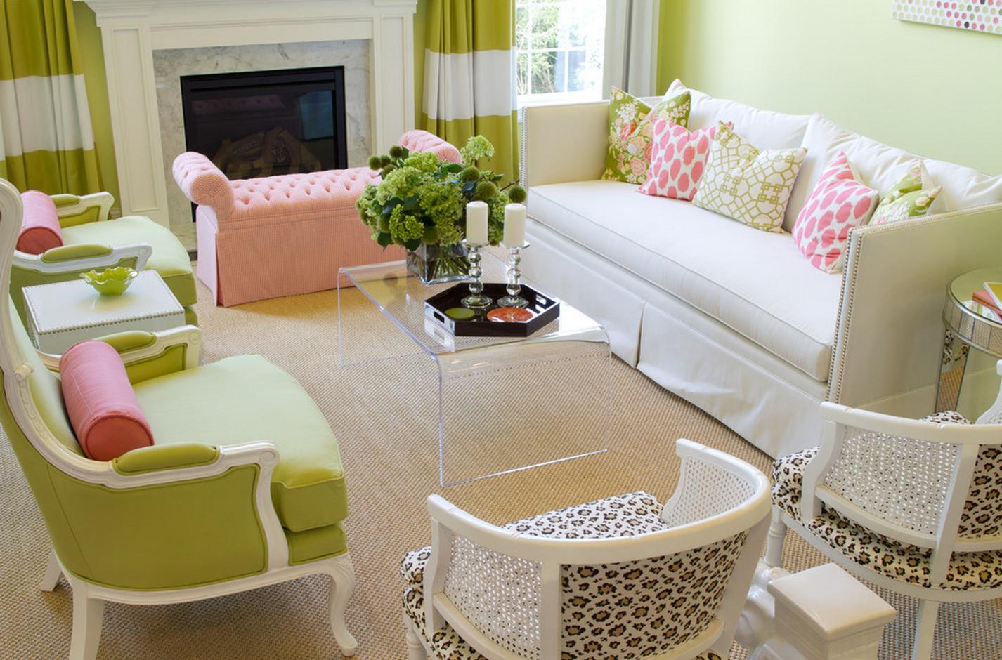 Бежевый, белый, розовый и салатовый цвета в гостиной с камином