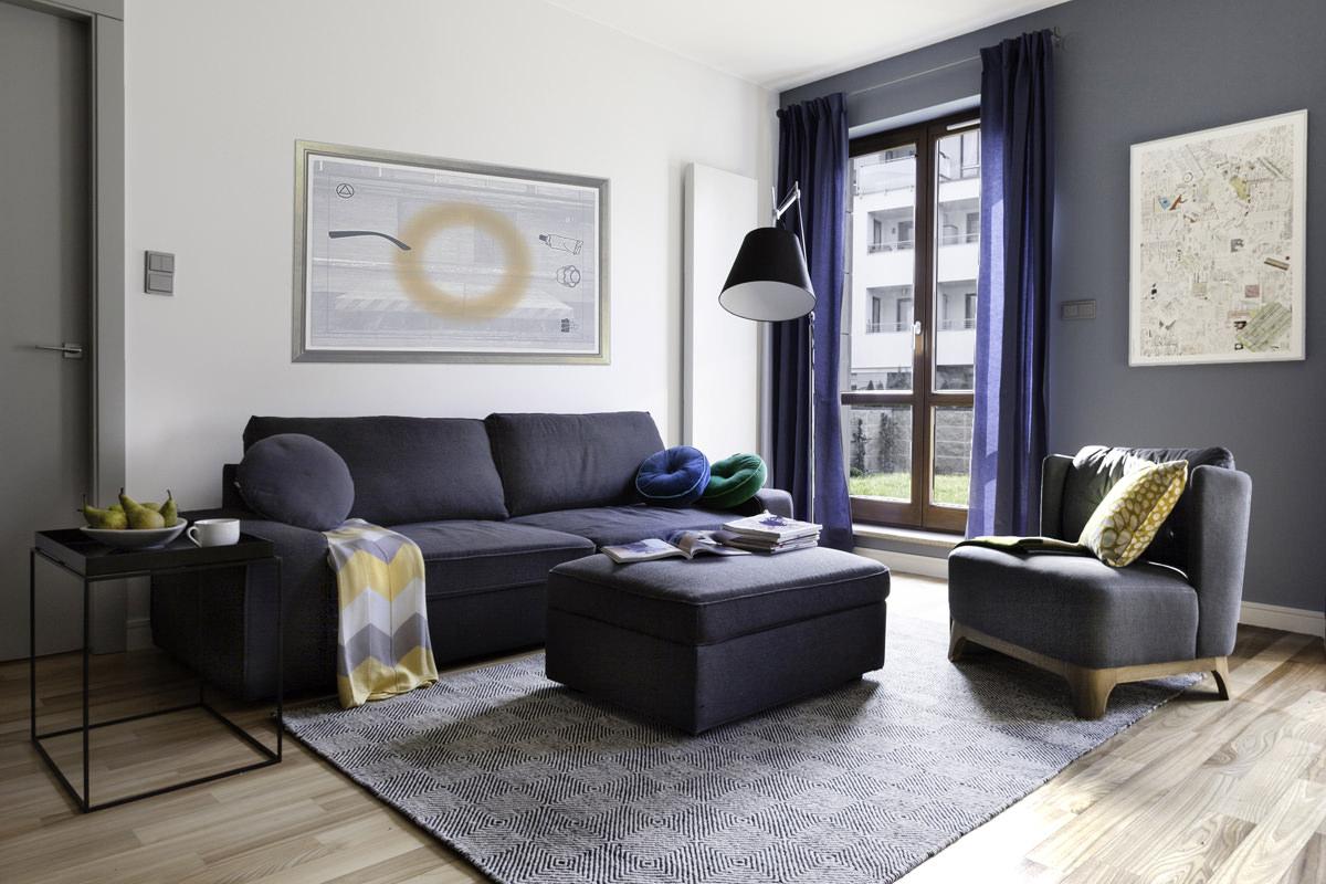 Синий, черный, белый и коричневый цвета в уютной гостиной
