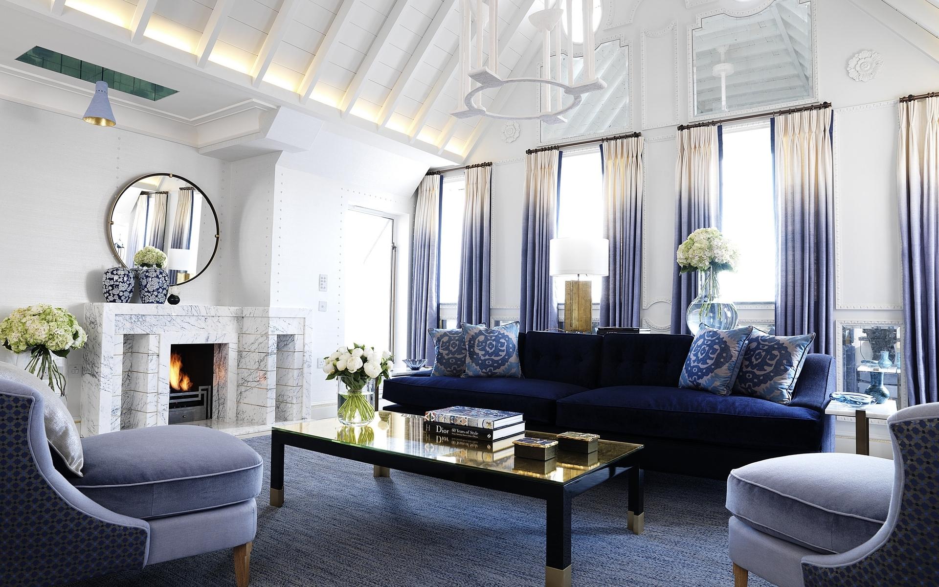 Сине-белая гостиная с камином
