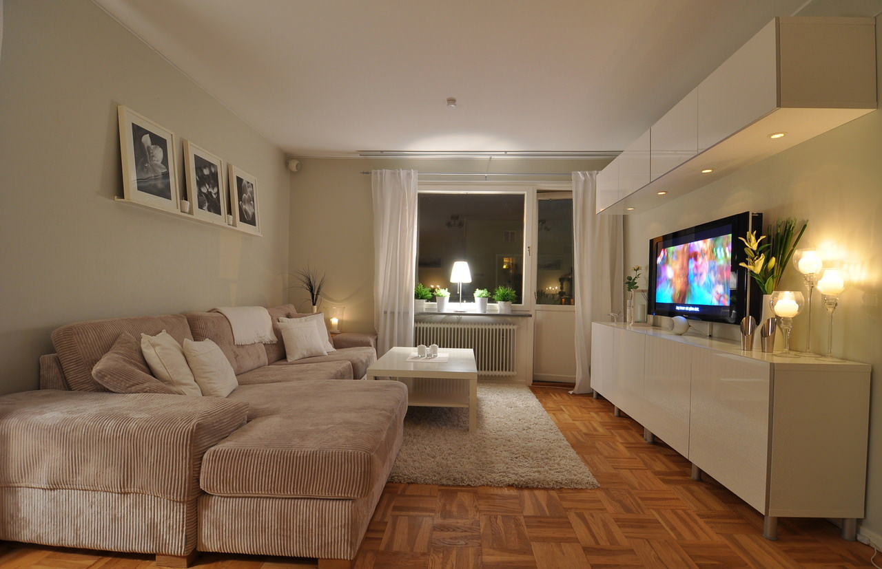 Бежево-коричневая современная гостиная