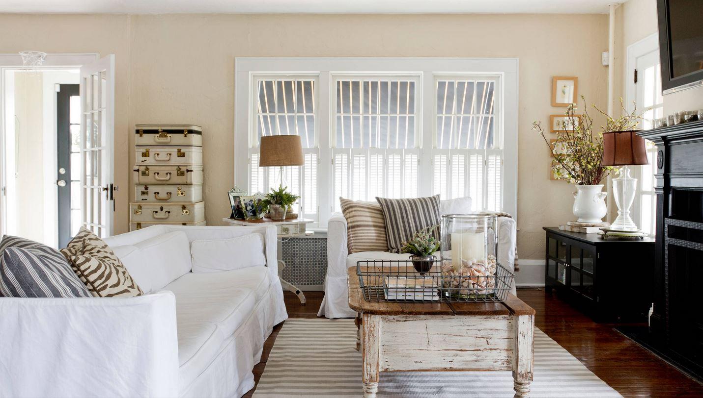 Белый, бежевый, коричневый и черный цвета в интерьере гостиной